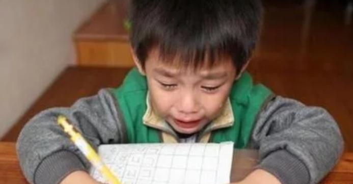 """男孩名字 一共""""103笔""""在考场急得哭,监考老师也没有办法"""